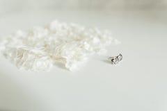 Pares de brincos do diamante, isolados no branco Imagens de Stock
