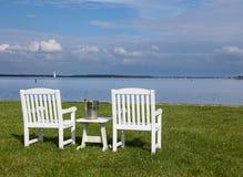 Pares de cadeiras de jardim pelo louro de Chesapeake fotografia de stock royalty free