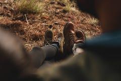 Pares de caminhantes que sentam-se junto fora Fotos de Stock