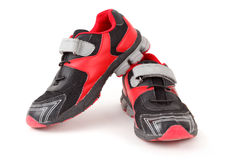 Pares de colores de los zapatos de los deportes, negros y rojos Foto de archivo