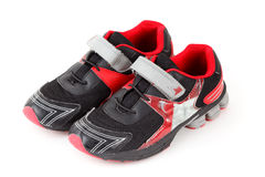 Pares de colores de los zapatos de los deportes, negros y rojos Imagen de archivo