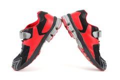 Pares de colores de los zapatos de los deportes, negros y rojos Imágenes de archivo libres de regalías