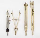 Pares de compases y de otros instrumentos de dibujo fotos de archivo libres de regalías
