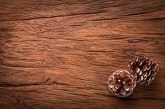 Pares de cones na tabela de madeira Fotografia de Stock