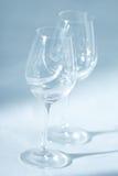 Pares de copas de vino en la opinión ascendente del enfoque del cierre de la diagonal Imágenes de archivo libres de regalías