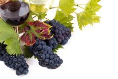 Pares de copas y manojo de uvas Fotografía de archivo libre de regalías