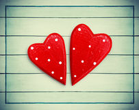 Pares de corações em um fundo de madeira Imagens de Stock