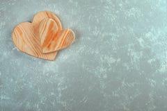 Pares de corazones de madera en un fondo abstracto ` S D de la tarjeta del día de San Valentín foto de archivo libre de regalías