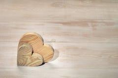 Pares de corazones de madera Fondo del día del ` s de la tarjeta del día de San Valentín imagenes de archivo