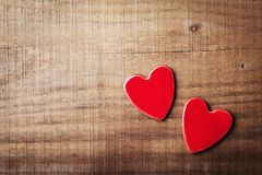 Pares de corazones rojos en la opinión de sobremesa de madera del vintage Tarjeta de felicitación del día de tarjetas del día de  Fotografía de archivo libre de regalías