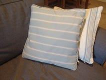 Pares de coxins listrados no sofá foto de stock royalty free