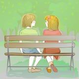 pares de crianças que sentam-se em um banco de parque Imagem de Stock