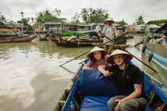 Pares de curso de turistas caucasiano ao mercado de flutuação em Vietna Imagens de Stock