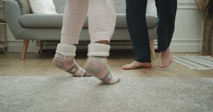 Pares de Dacing no close up dos pijamas que captura apenas os pés em casa vídeos de arquivo