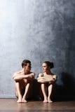 Pares de dançarinos de bailado desportivos no desempenho da arte imagem de stock royalty free