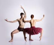Pares de dançarinos de bailado novos e atléticos fotos de stock royalty free