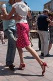 Pares de dançarinos do tango no lugar principal com outros dançarinos no festival do tango da mola Foto de Stock Royalty Free