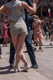 Pares de dançarinos do tango no lugar principal com outros dançarinos no festival do tango da mola Fotos de Stock