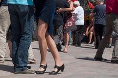 Pares de dançarinos do tango no lugar principal com outros dançarinos no festival do tango da mola Imagem de Stock
