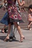 Pares de dançarinos do tango no lugar principal com outros dançarinos no festival do tango da mola Fotografia de Stock