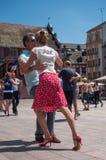 Pares de dançarinos do tango no lugar principal com outros dançarinos no festival do tango da mola Fotos de Stock Royalty Free