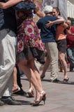Pares de dançarinos do tango no lugar principal com outros dançarinos no festival do tango da mola Foto de Stock