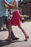 Pares de dançarinos do tango no lugar principal com outros dançarinos no festival do tango da mola Imagens de Stock Royalty Free