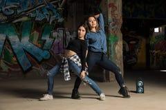 Pares de dançarinos fêmeas que executam junto Foto de Stock Royalty Free