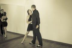 Pares de dançarinos que dançam danças do latino Imagem de Stock Royalty Free