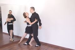 Pares de dançarinos que dançam danças do latino Foto de Stock Royalty Free
