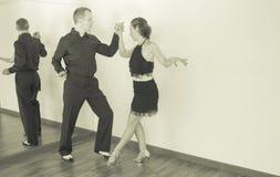 Pares de dançarinos que dançam danças do latino Imagens de Stock