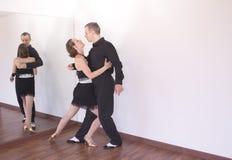 Pares de dançarinos que dançam danças do latino Fotos de Stock Royalty Free