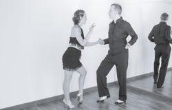 Pares de dançarinos que dançam danças do latino Imagens de Stock Royalty Free