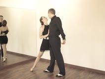 Pares de dançarinos que dançam danças do latino Fotografia de Stock