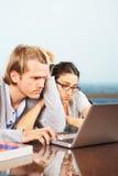 Pares de Depresssed delante de la computadora portátil Foto de archivo libre de regalías