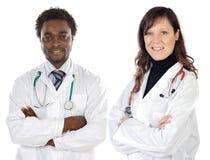Pares de doctores jovenes Imagen de archivo libre de regalías