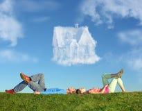 Pares de encontro na grama e na colagem da casa ideal Imagens de Stock
