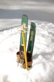 Pares de esquís viejos del niño Imagen de archivo