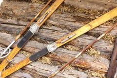 Pares de esquis marrons de madeira antiquados fotografia de stock