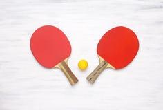 Pares de estafas de tenis de mesa en un fondo de madera Foto de archivo