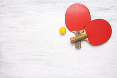Pares de estafas de tenis de mesa en un fondo de madera Foto de archivo libre de regalías