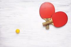 Pares de estafas de tenis de mesa en un fondo de madera Fotografía de archivo libre de regalías