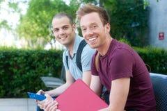 Pares de estudantes masculinos novos felizes Imagens de Stock