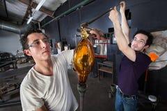 Estudiantes que trabajan junto en el arte de cristal Foto de archivo libre de regalías