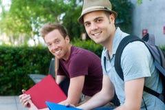 Pares de estudiantes masculinos jovenes felices Imagenes de archivo