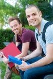 Pares de estudiantes masculinos jovenes felices Imagen de archivo libre de regalías