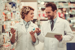 Pares de farmacêuticos foto de stock royalty free