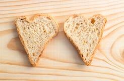 Pares de fatias de pão sob a forma dos corações Foto de Stock