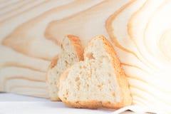 Pares de fatias de pão sob a forma dos corações Fotografia de Stock Royalty Free