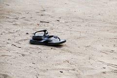Pares de flip-flops gastos Fotografia de Stock Royalty Free